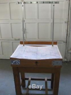 Table De Pâtisserie Professionnelle Avec Crochets Pour Suspendre Vos Provisions De Viande Et De Couteaux